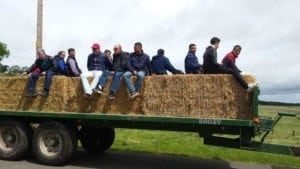 Transportul fermierilor nostri cu tractorul către pășunea primei ferme.
