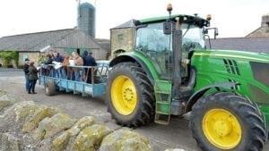 Deplasarea fermierilor către o parcelă la marginea mării Nordului.