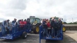 Transportul fermierilor pentru vizita la pășune.
