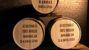 Butoaie de maturare a whiskey-ului din diferite soiuri de lemn.